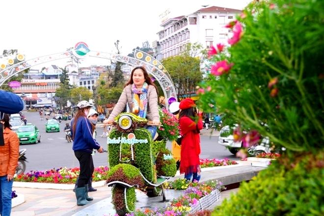 Độc đáo với những mô hình hoa chuẩn bị cho lễ hội Festival hoa Đà Lạt