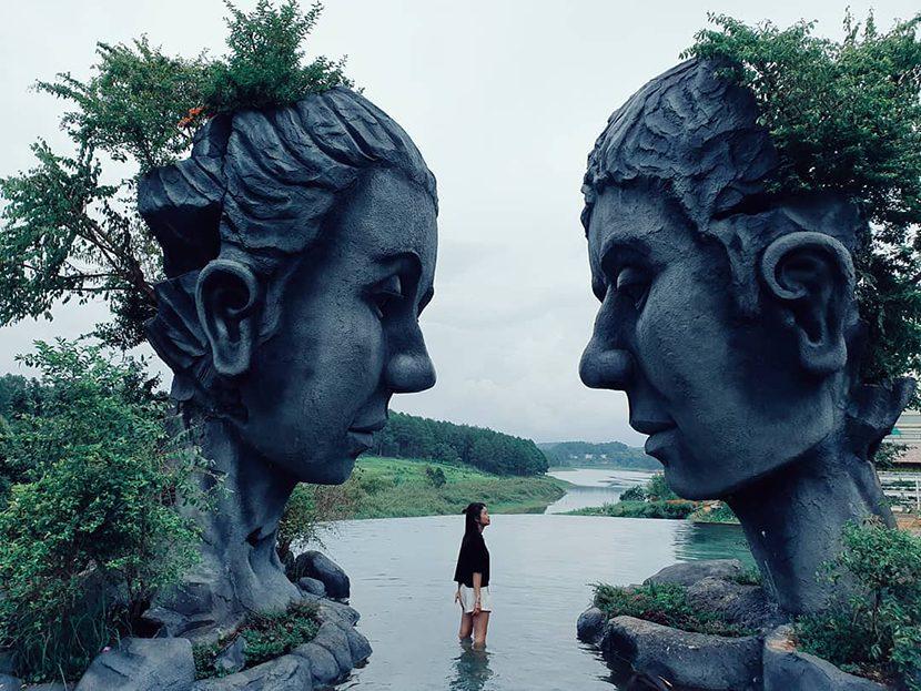 Du khách check in hồ vô cực Đà Lạt